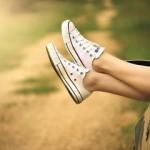 В зале нужно выглядеть неотразимо: как очистить белые кроссовки от грязи?