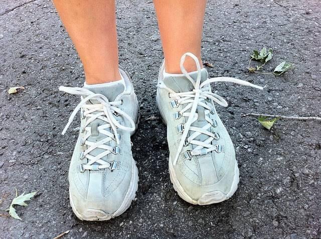 Как избавиться от запаха в кроссовках быстро?