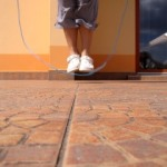 Всегда не поздно научиться: как правильно прыгать на скакалке разными способами?