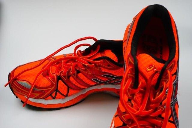 Как растянуть кроссовки в домашних условиях, можно ли их разносить?