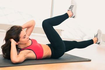 Скручивания лежа на полу   видео об упражнениях для пресса