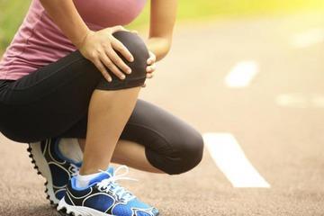 Почему щелкают коленные суставы при ходьбе приседании и вставании причины и лечение