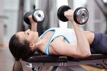 Упражнения с гантелями для грудных мышц для мужчин в домашних условиях
