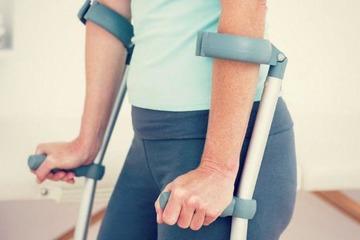 Упражнения при реабилитации после перелома шейки бедра: лежа на кровати, сидя, стоя с опорой, дыхательные и асаны йоги