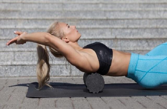 Здоровая спина с помощью валика из полотенца: упражнения для позвоночника