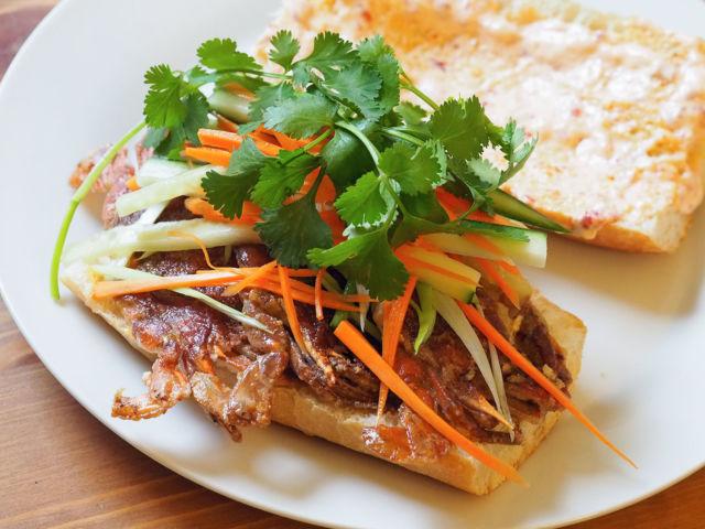 Бутерброд с беконом и маринованным имбирем