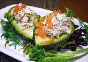 Авокадо одновременно подавляет чувство голода и предотвращает набор веса