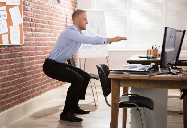 Упражнения для спины на работе