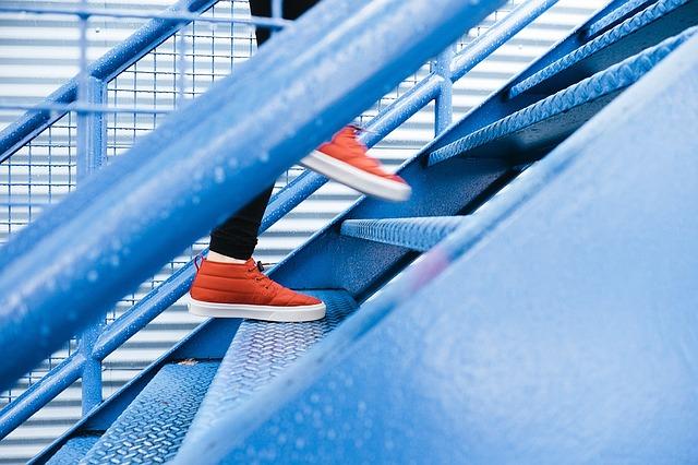 Человек поднимается по лестнице к небу