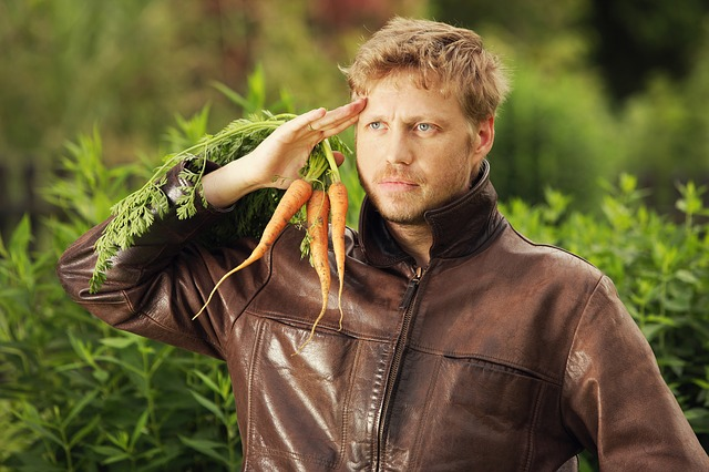 Мужчина с морковкой