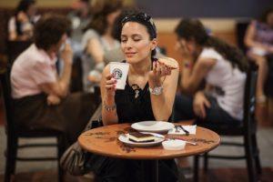 Положение тела во время приема пищи влияет на ее вкусовое восприятие