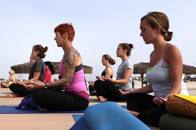 Упражнения йоги для пожилых женщин
